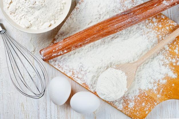 Ingrédients de cuisson sur fond en bois blanc. vue de dessus