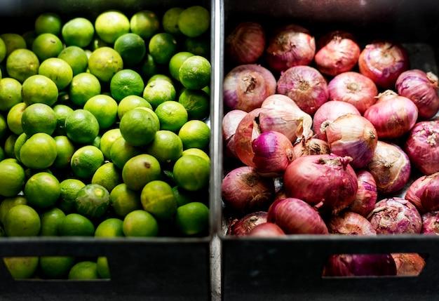 Ingrédients de cuisson à la lime et aux oignons rouges