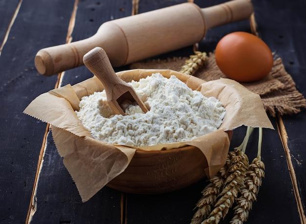 Ingrédients de cuisson œuf, farine, rouleau à pâtisserie
