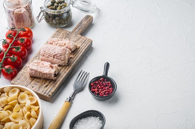 Ingrédients de cuisson des pâtes au thon sur blanc