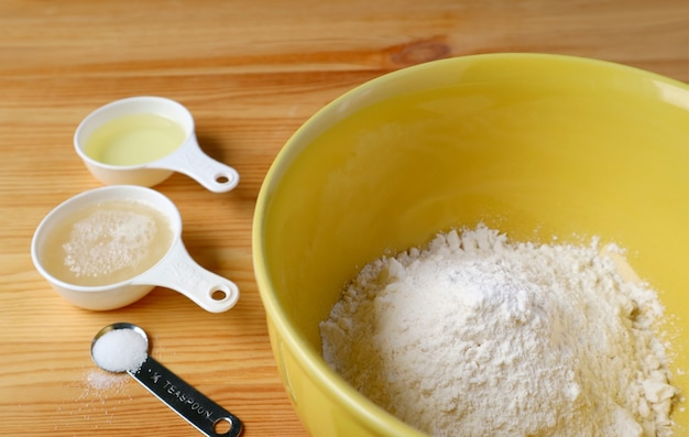 Ingrédients de cuisson sur la table en bois pour le concept de cuisine à domicile