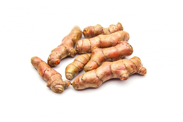 Ingrédients de curcuma cru (curcuma longa linn) pour la fabrication de plantes médicinales isolé sur blanc.