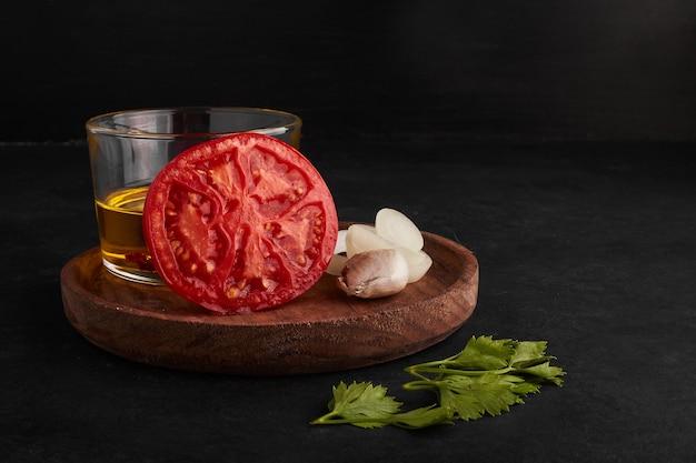 Ingrédients dans une assiette en bois.