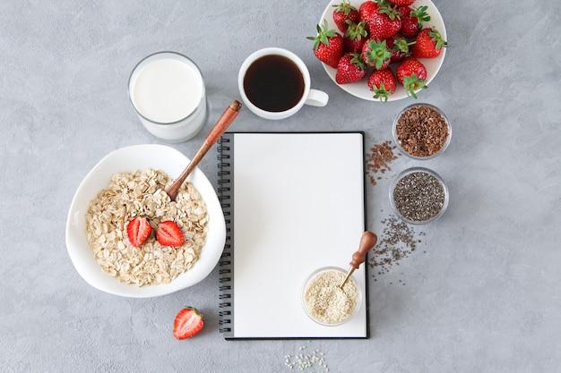 Ingrédients délicieux et sains pour le petit déjeuner: flocons d'avoine, lait, graines, fraises