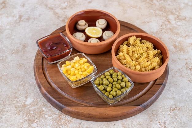 Ingrédients du cours du déjeuner affichés sur une surface en marbre.