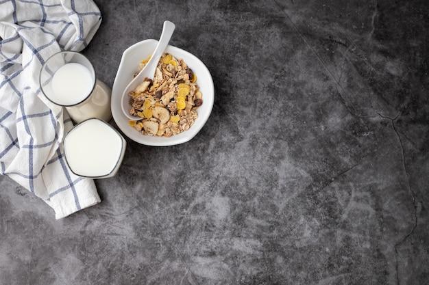 Ingrédients du petit déjeuner. céréales au lait sur ciment