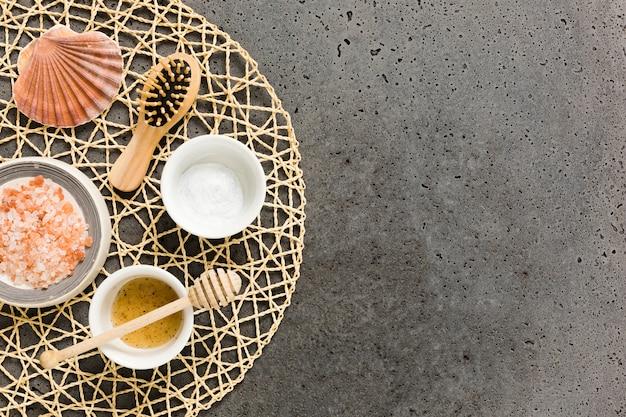 Ingrédients du spa et brosse sur les montagnes russes