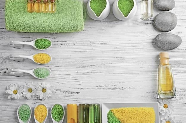Ingrédients du spa sur une table blanche, vue de dessus