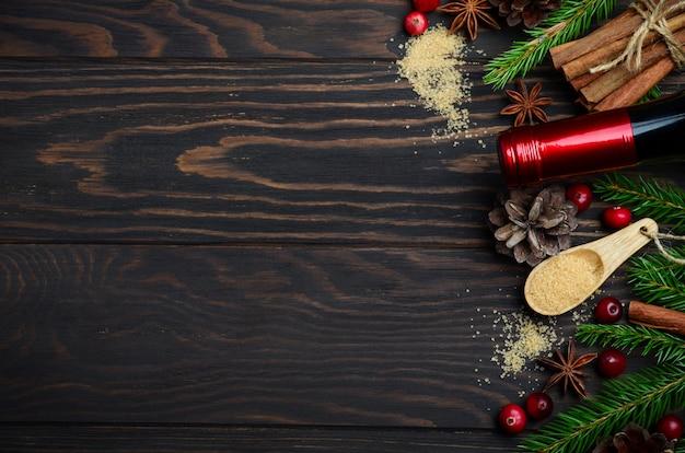 Ingrédients du vin chaud sur un bois sombre.