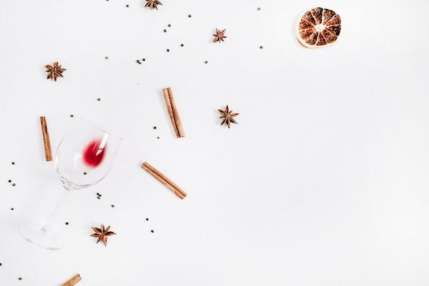 Ingrédients du vin chaud sur fond blanc. mise à plat, vue de dessus
