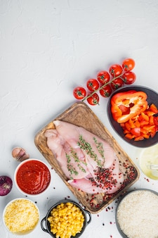 Ingrédients de l'enchilada au poulet riz, mozzarella, maïs, sur fond blanc, vue de dessus à plat avec espace de copie pour le texte