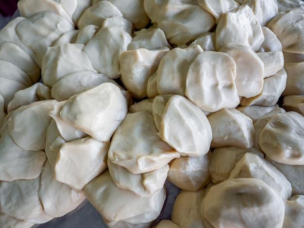 Ingrédients de la farine fraîche roti pour la fabrication de roti, nourriture de rue traditionnelle indienne.