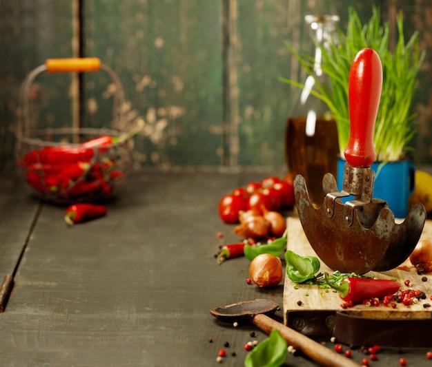 Ingrédients frais et mezzaluna rustique