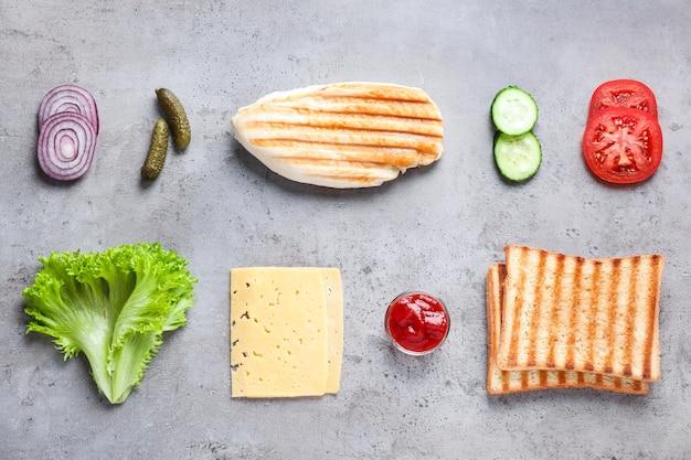 Ingrédients frais pour un délicieux sandwich sur fond gris clair, mise à plat