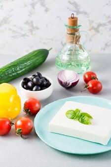 Ingrédients frais pour salade grecque maison sur la table