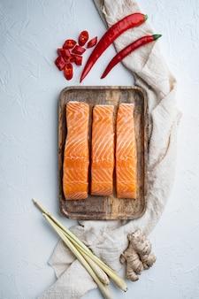 Ingrédients de galettes de poisson au saumon et à la citronnelle