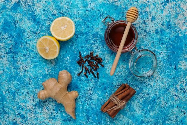 Ingrédients: gingembre frais, citron, bâtons de cannelle, miel, girofle séché pour une boisson vitaminée bienfaisante et immunisée