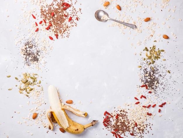 Ingrédients granola. des aliments sains pour le petit déjeuner