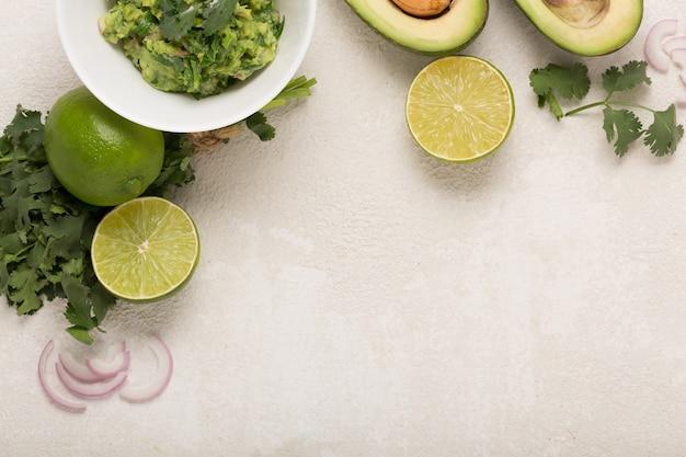 Ingrédients guacamole avocat et citron vert, piment et coriandre