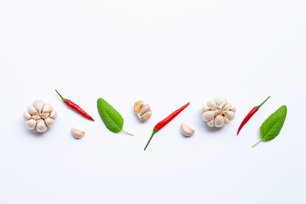 Ingrédients herbes et épices, basilic sacré, chili et ail