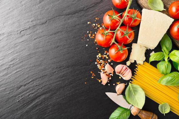Ingrédients italiens sur pierre noire