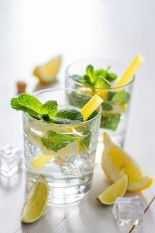 Ingrédients limonade sur fond bois dwhite