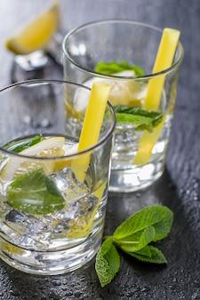 Ingrédients limonade sur fond de pierre sombre