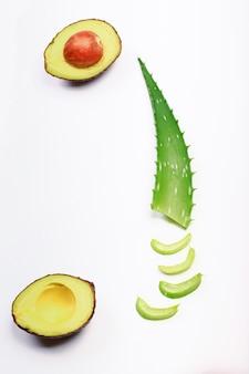 Ingrédients masque d'aloès sur fond clair plante d'aloès avocat concombre miel et citron fait maison...
