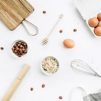 Ingrédients de muesli sur fond blanc. mise à plat, vue de dessus