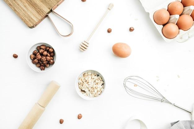 Ingrédients de muesli sur fond blanc. mise à plat