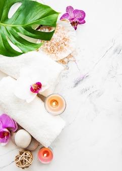 Ingrédients naturels du spa avec des fleurs d'orchidées