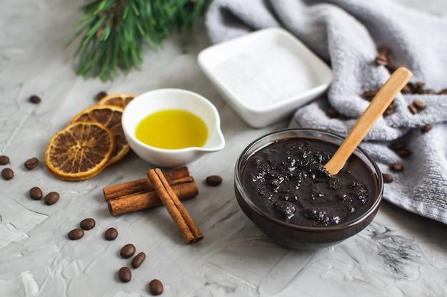 Ingrédients naturels pour l'huile de gommage au sel au café maison corps concept de spa soins de la peau du corps