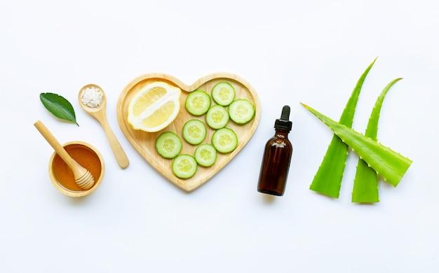 Ingrédients naturels pour les soins de la peau faits maison sur blanc.