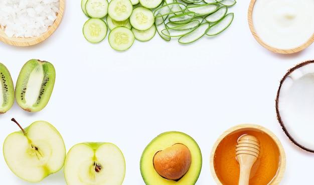 Ingrédients naturels pour les soins de la peau faits maison sur blanc