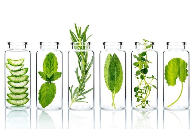 Ingrédients naturels de soins de la peau alternatifs dans des bouteilles en verre isoler sur fond blanc.