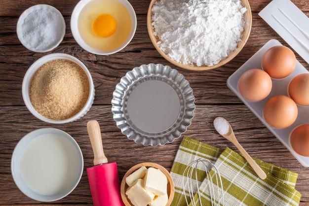 Ingrédients et outils pour la cuisson maison, la boulangerie de cuisine. vue de dessus et espace de copie.