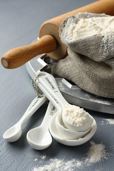 Ingrédients et outils pour fabriquer des pelmeni russes sur fond gris