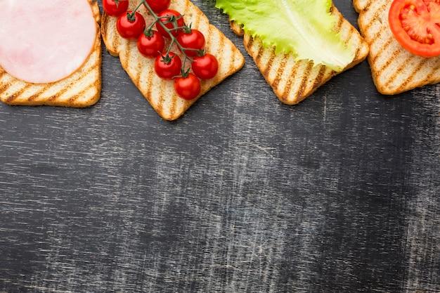 Ingrédients sur pain grillé