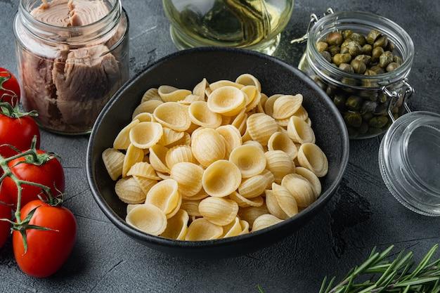 Ingrédients de pâtes au thon sicilien, sur table grise