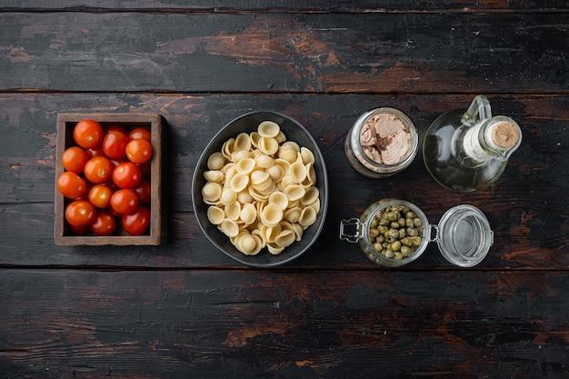 Ingrédients de pâtes au thon sur la vieille table en bois, mise à plat