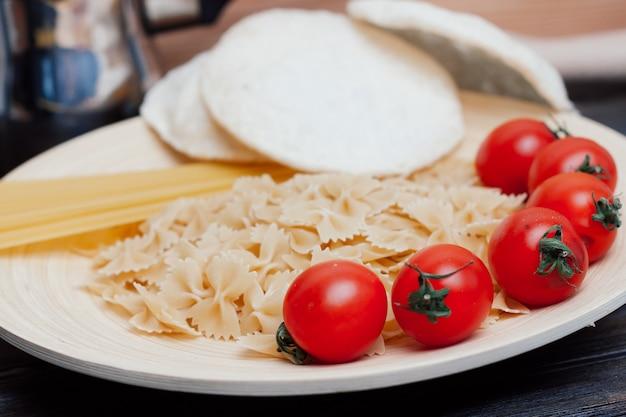 Ingrédients de pâtes aux tomates cerises pour cuisiner le déjeuner de la cuisine italienne