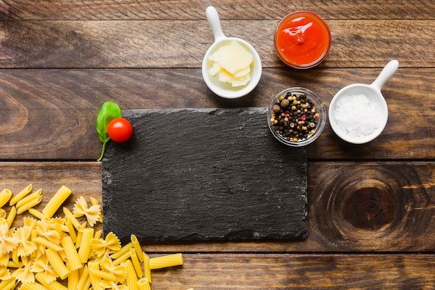 Ingrédients de pâtes près de condiments