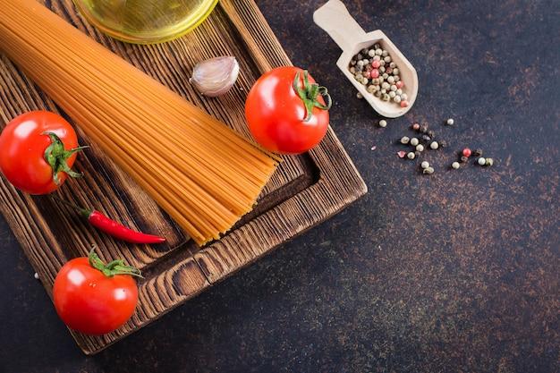 Ingrédients pâtes tomates. tomates cerises, pâtes spaghetti, boulettes de poivron rouge, ail et poivron