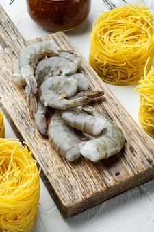 Ingrédients de pesto et crevettes sur pierre blanche