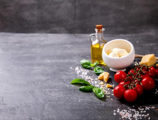 Ingrédients pesto pour la préparation de sauce et tomates cerises