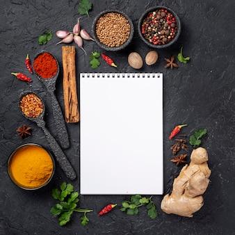 Des ingrédients plats asiatiques se mélangent avec un cahier vierge