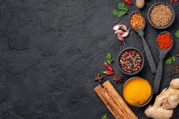 Des ingrédients plats asiatiques se mélangent avec un espace de copie
