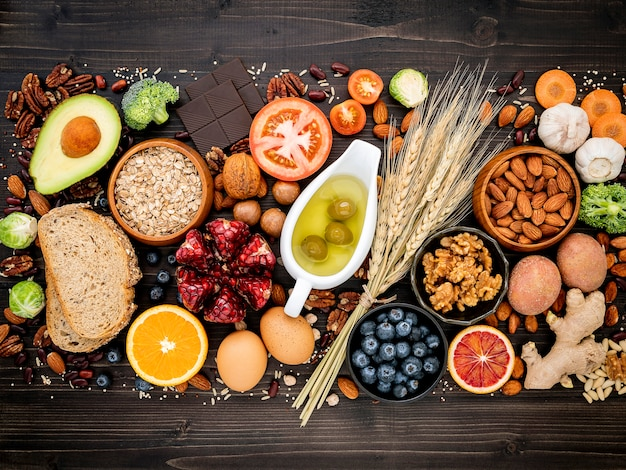 Ingrédients pour une alimentation saine sur une table en bois