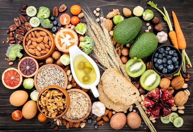 Ingrédients pour les aliments sains mis en place sur bois