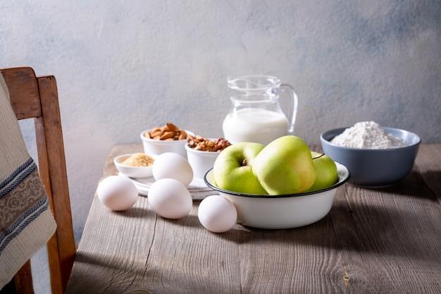 Ingrédients pour apple pie. recette pour une tarte américaine aux pommes.